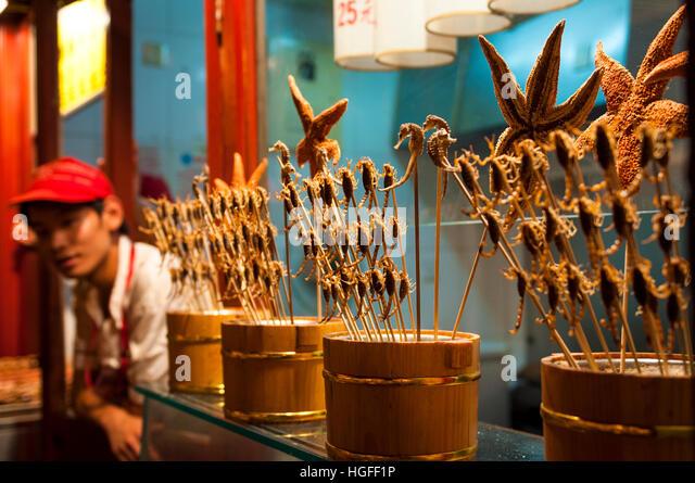 Gebratene Skorpione, Seepferdchen und Seesterne verkauft als Nahrung in einer Garküche in Peking, China Stockbild