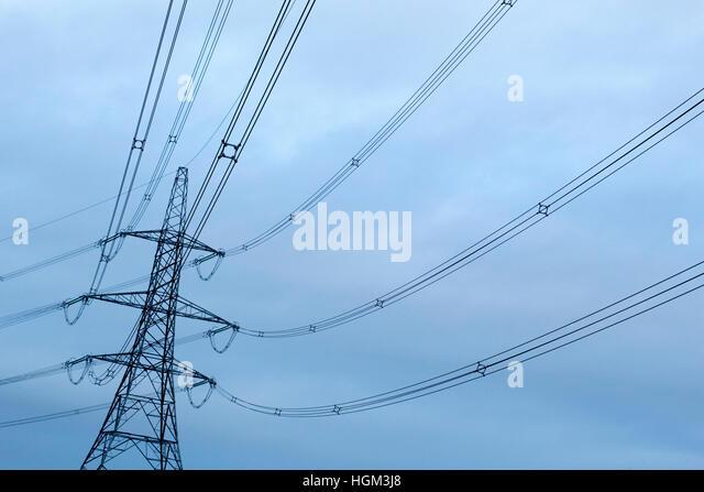 Stromkabel und Pylon in der Nähe der A5 in Lichfield, Staffordshire Stockbild