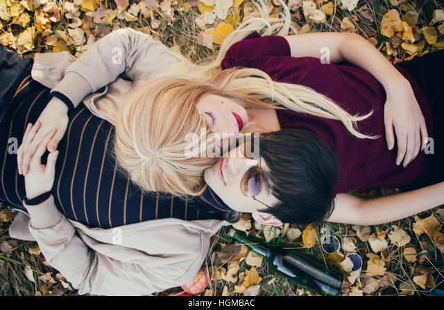 Junges Paar liegt auf dem Boden in einem Park im Herbst Stockbild