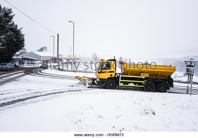 Selkirk, Schottland, Großbritannien. 12. Januar 2017. Ein Schneepflug macht es Weg auf dann A7 Straße Stockbild
