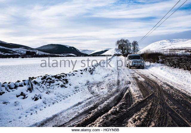 Dryhope, Schafgarbe, Selkirk, Scottish Borders, UK. 13. Januar 2017. Ein 4WD treibt die A708 Strasse im Tal Schafgarbe Stockbild