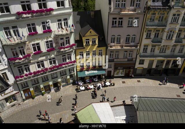 Die Menschen gehen auf die Straßen der Kurstadt Karlovy Vary im 3. Juli 2016 in Karlovy Vary, Tschechische Stockbild