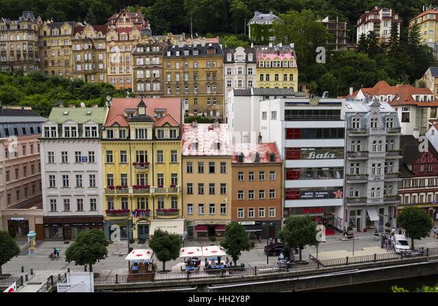 KARLOVY VARY, Tschechien - Juli 3: Die Menschen gehen auf die Straßen der Kurstadt Karlovy Vary im 3. Juli Stockbild