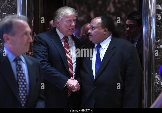 New York, USA. 16. Januar 2017. Präsident elect Trump schüttelt Hände mit Martin Luther King III, Stockbild