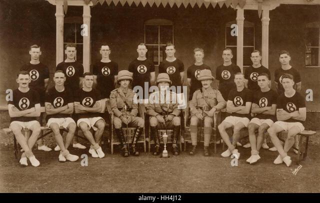 Gruppenfoto, britischer Sport-Team, mit Offizieren und Tasse, Quetta, Indien (jetzt Pakistan). Stockbild
