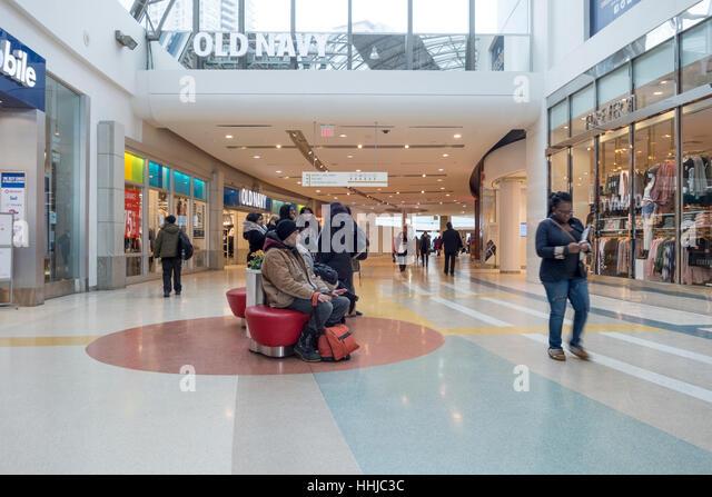 Menschen verschiedener Kulturen und Rassen entspannend am Scarborough Twon Centre in Toronto, Ontario, Kanada Stockbild