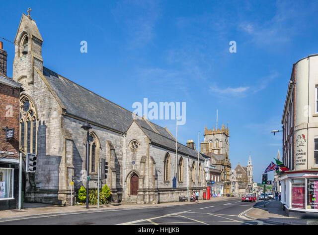 Großbritannien, Dorset, Dorchester, hohe West Street, Anzeigen von Holy Trinity Catholic Church Stockbild