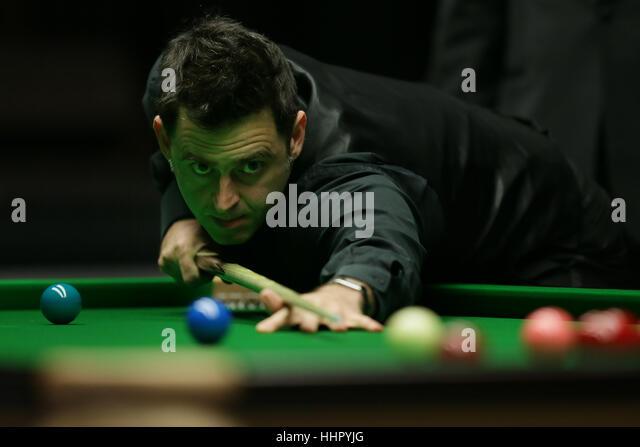 London, UK. 19. Januar 2017. Ronnie O'Sullivan von England schlägt den Ball während das Viertelfinalspiel Stockbild
