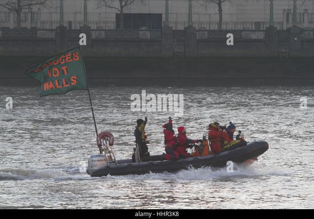 London, UK. 20. Januar 2017. Eine Jolle segelt auf der Themse mit Flagge als Teil des bauen Brücken nicht Wände Stockbild