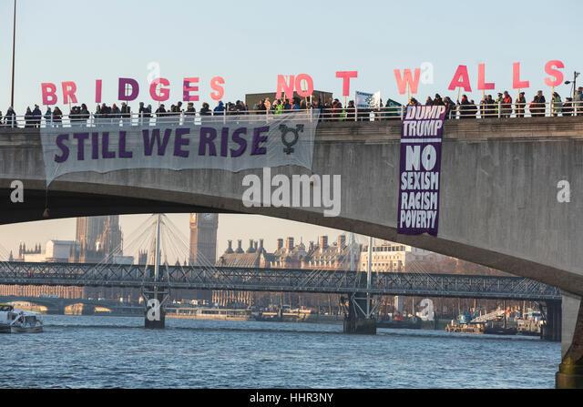 London, UK. 20. Januar 2017. Aktivisten auf Waterloo Bridge. Mehr als 150 Banner Tropfen fand heute Freitag 20., Stockbild