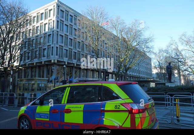 London, UK. 20. Januar 2017. Sicherheit vor der US-Botschaft vor Präsident wählen Donald Trump Einweihung. Stockbild