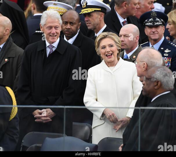 Washington DC, USA. 20. Januar 2017. Der ehemalige Präsident Bill Clinton (L) und Hillary Clinton begrüßen Stockbild