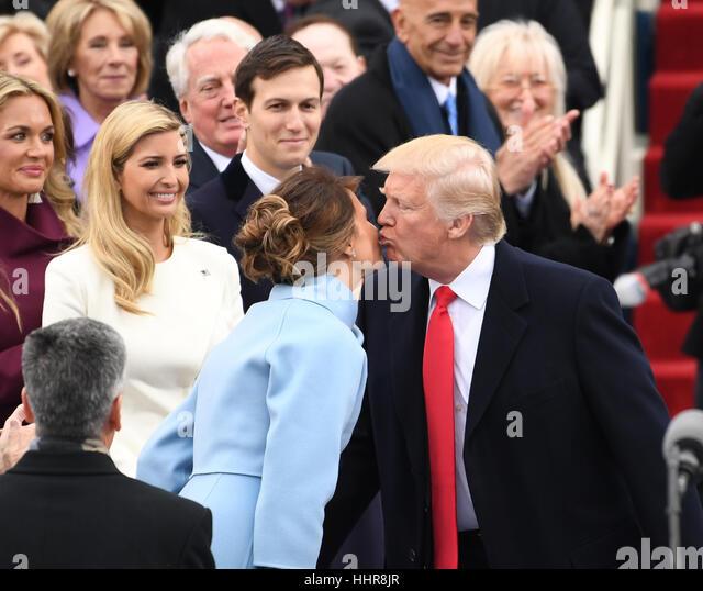 Washington DC, USA. 20. Januar 2017. Washington, USA. 20. Januar 2017. Präsident elect Trump Küsse seine Stockbild