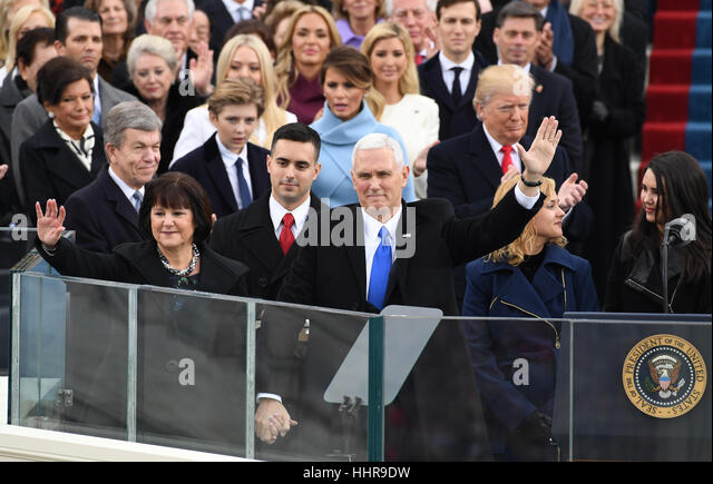 Washington DC, USA. 20. Januar 2017. Vice President Mike Pence Wellen nach Amtsantritt der Eid der von Richter Clarance Stockbild