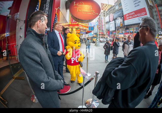 New York, USA. 20. Januar 2017. Touristen posieren für Fotos mit eine Wachsfigur von Präsident Donald Stockbild