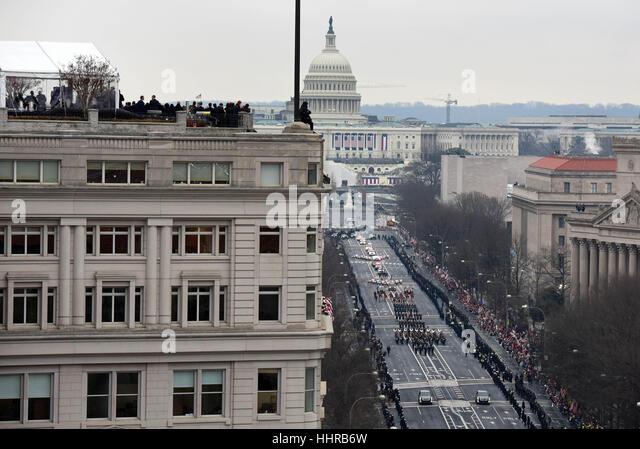 Washington, USA. 20. Januar 2017. Die Menschen sehen die erste Parade folgende US-Präsident Donald Trump Einweihung Stockbild