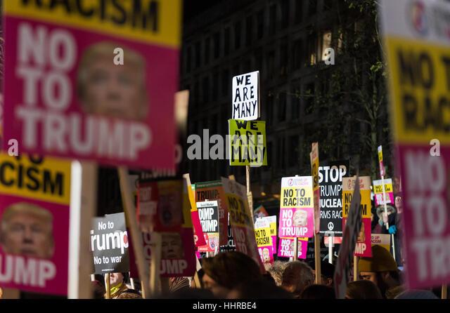 London, UK. 20. Januar 2017. Hunderte von Menschen versammeln sich vor der amerikanischen Botschaft in Grosvenor Stockbild
