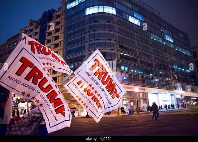 Washington DC, USA. 20. Januar 2017. Trump Schilder entlang 14th Street. Trumpf wird 45. Präsident der Vereinigten Stockbild
