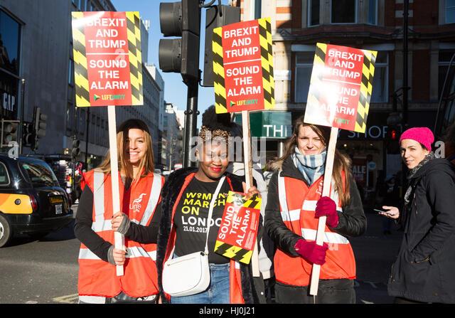 London, UK. 21. Januar 2017. Demonstranten versammeln sich in der Oxford Street, in der Frauen März teilnehmen, Stockbild