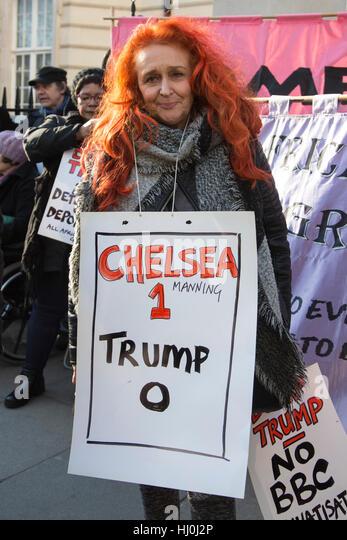 London, UK. 21. Januar 2017. Demonstranten versammeln sich im Grosvenor Square, in der Frauen März teilnehmen, Stockbild