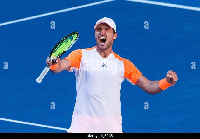 Mischa Zverev Deutschlands verdrängt Weltranglistenersten Andy Murray während der 2017 Tennis Australian Stockbild