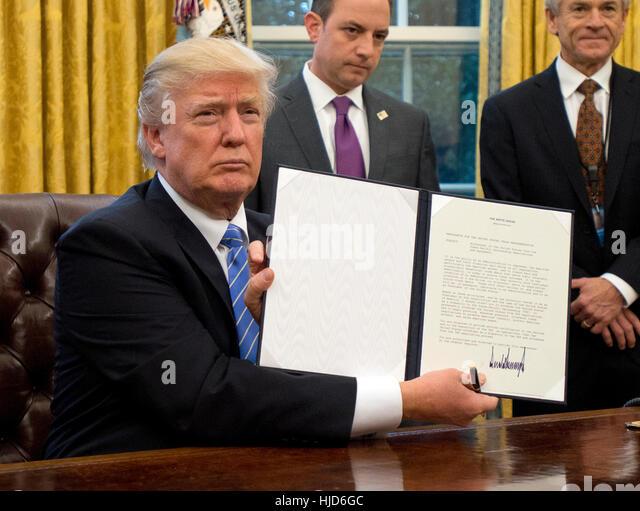 Abtreibungen in Übersee. 23. Januar 2017. US-Präsident Donald Trump zeigt die Executive Order Rückzug Stockbild