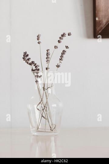 Lavendel Blumen in Glasvase auf Tisch. Blumenstilleben. Stockbild