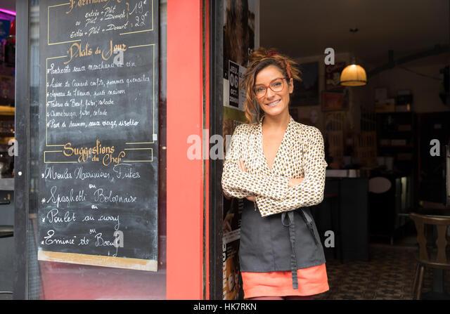 Unternehmer und Inhaber eines Cafés in Paris Stockbild