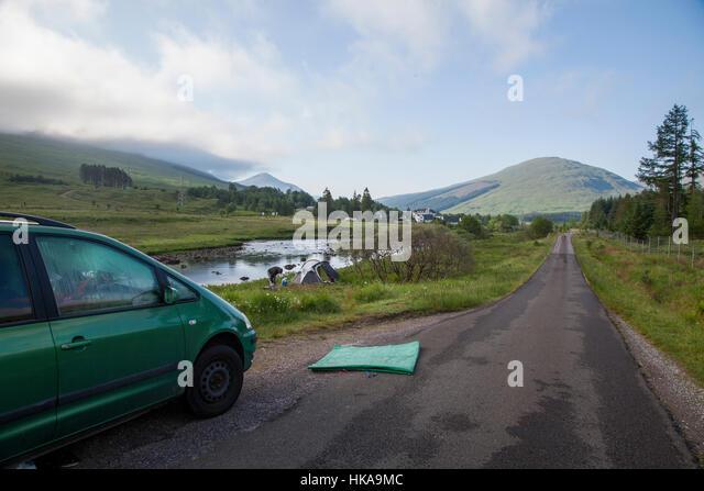 Wild campen mit leichten Kuppelzelt entlang des Flusses in der Nähe von Glencoe in den schottischen Highlands, Stockbild