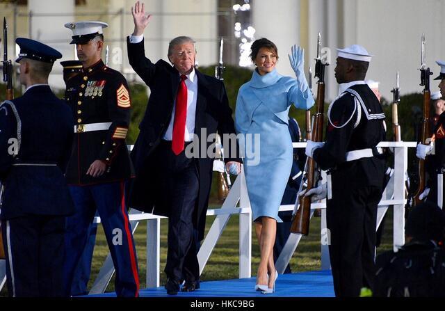 US-Präsident Donald Trump und First Lady Melania Trump Welle der Menge wie sie an das Weiße Haus den Kopf Stockbild