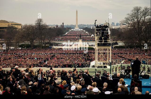 Eine Menschenmenge versammelt sich vor dem Washington Monument während der 58. Presidential Inauguration von Stockbild