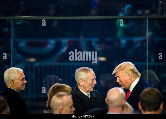 US-Präsident Donald Trump spricht mit Verteidigungsminister James Mattis im Weißen Haus Überprüfung Stockbild
