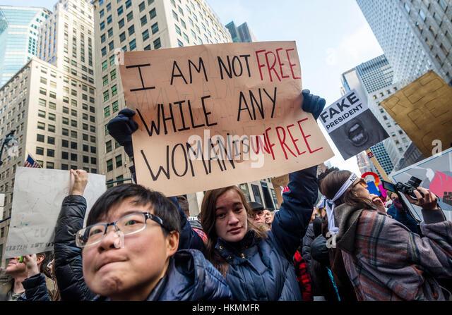 New York, USA marschierten 21. Januar 2017 - eine geschätzte 400 bis 500 Demonstranten von Daj Hamerskold Plaza, Stockbild