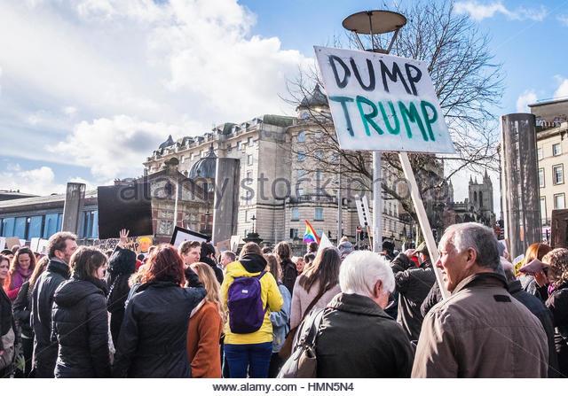 Bristol, UK - 4. Februar 2017: Massen von Menschen aller Altersgruppen Marsch durch die Stadt Bristol, UK, protestieren Stockbild