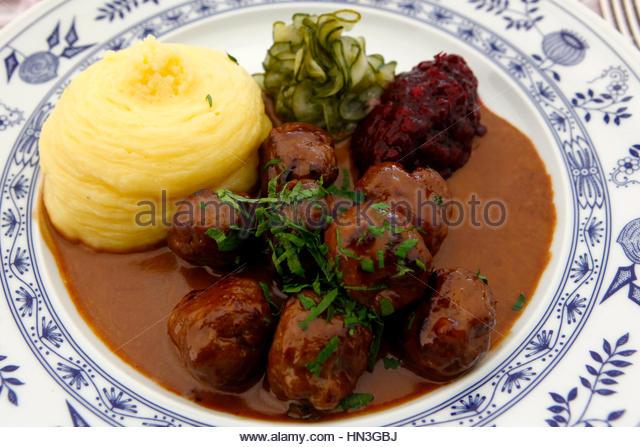 Traditionelle schwedische Fleischbällchen mit Kartoffelpüree und Preiselbeer-Sauce. Stockbild
