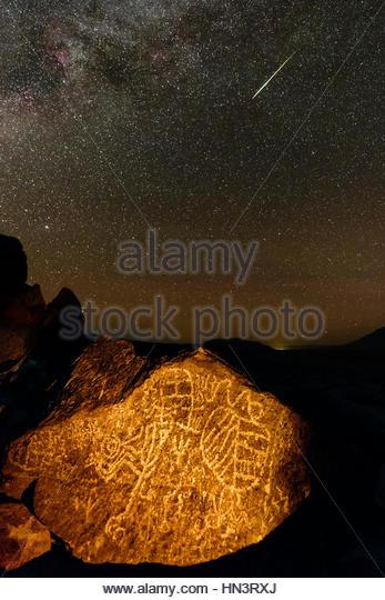 Ein Perseiden-Meteor über uralte indianische Petroglyphen in Owens Valley. Stockbild