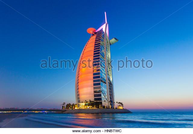 Das Burj Al Arab Hotel, am Persischen Golf, in Flammen in farbige Reflexe. Stockbild