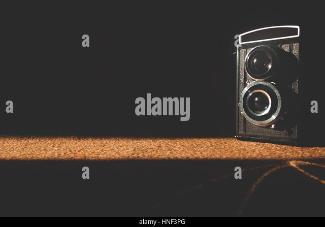 Alten Retro-Vintage-Kamera Fotografie dunklen Hintergrund. Veraltete Nostalgie Stil. Stockbild