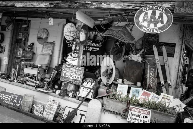 Antiquitäten und Nostalgie auf ein Outdoor-Flohmarkt. Stockbild