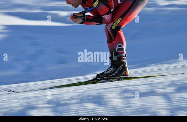 Hochfilzen, Deutschland. 14. Februar 2017. Eine Biathletin Züge entlang der Strecke bei den Biathlon-Weltmeisterschaften Stockbild