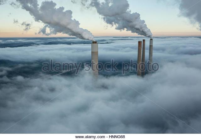 Dampf und Rauch Aufstieg aus der Kühlung Türme und Schornsteine eines Kraftwerks. Stockbild