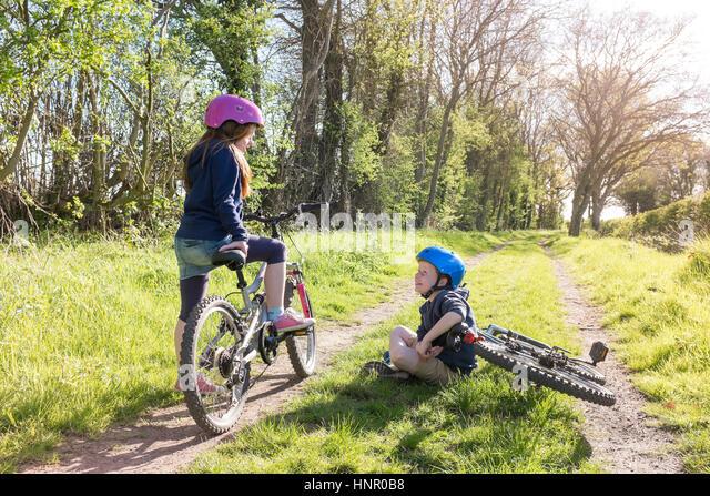 Ein Junge und Mädchen, die Erkundung der Landschaft auf dem Fahrrad. Stockbild