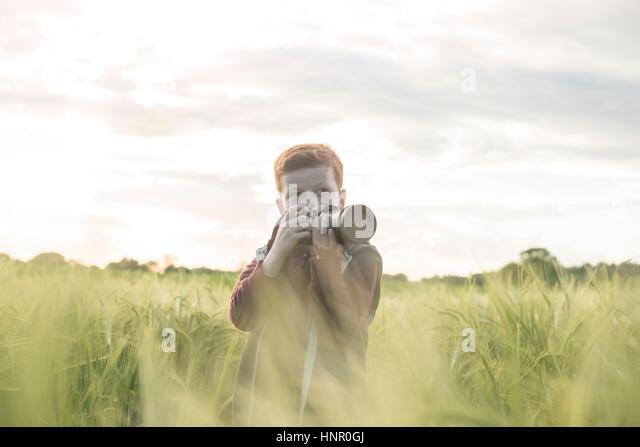 Porträt von einem 10 JAR alt junge fotografieren im freien Stockbild