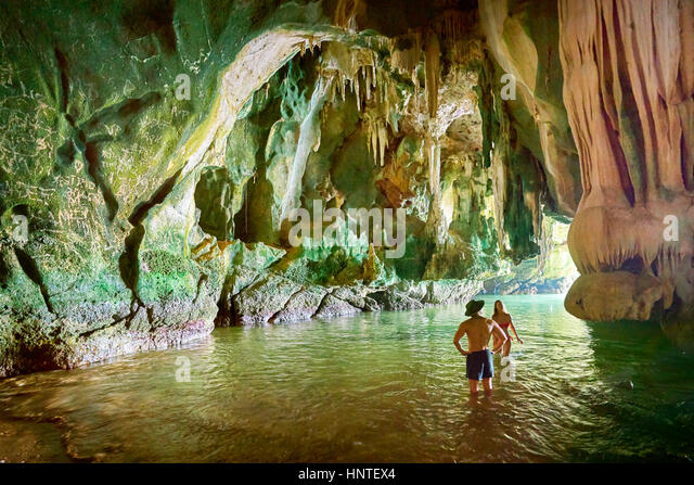 Touristen erkunden Ko Talabeng Höhle, Provinz Krabi, Thailand Stockbild