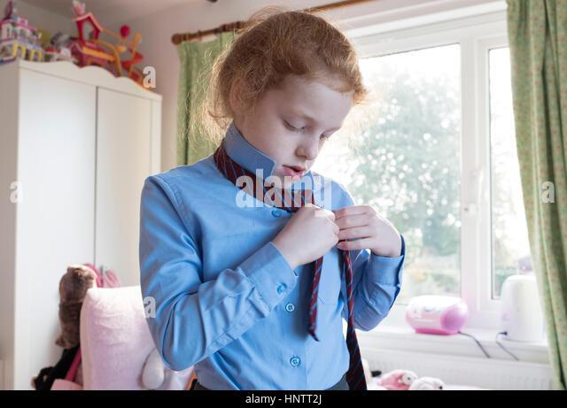 Ein kleines Mädchen, das immer bereit für die Grundschule. Stockbild