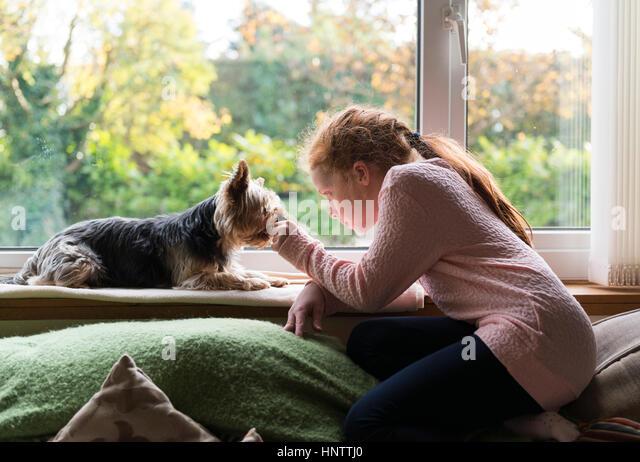 Ein kleines Mädchen mit ihrem Hund. Stockbild