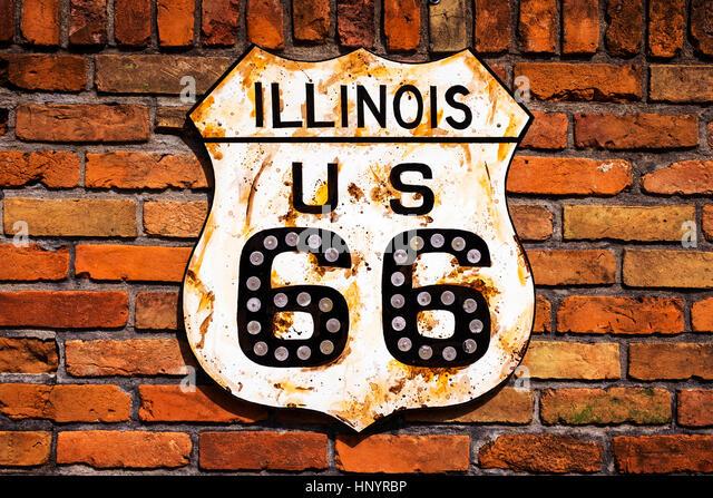 Rostige Route 66 Straßenschild in einer Mauer im Bundesstaat Illinois, USA Stockbild