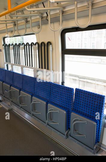 Tipp bis Sitz und Rahmen für Fahrräder in multi-purpose Platz in elektrische Triebzüge der S-Bahn, Stockbild