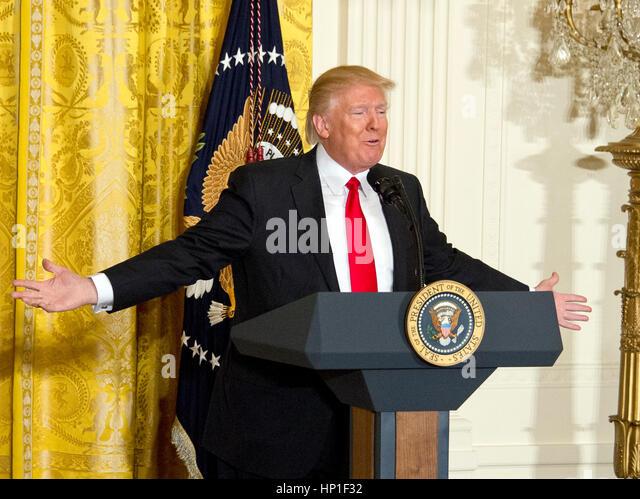 Washington, uns. 16. Februar 2017. US-Präsident Donald J. Trump führt eine Pressekonferenz im East Room Stockbild