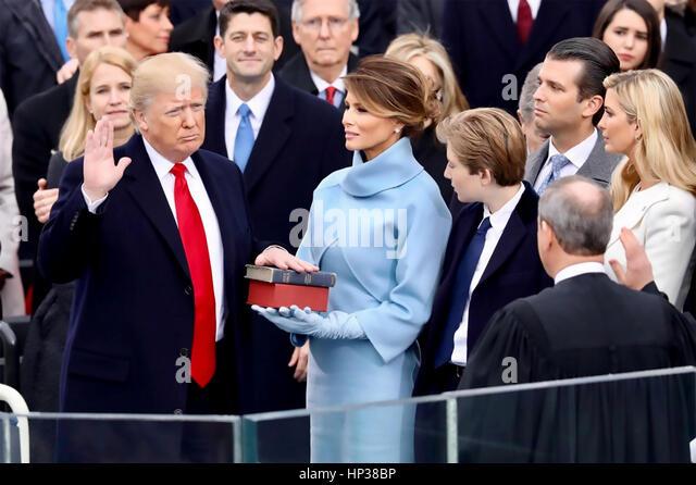 DONALD TRUMP ist als 45. Präsident der Vereinigten Staaten am 20. Januar 2017 mit seiner 3. Frau Melania halten Stockbild